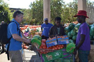 Groenten aankopen op de lokale markt