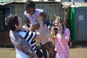 Kinderen begroeten in armste deel van Soweto